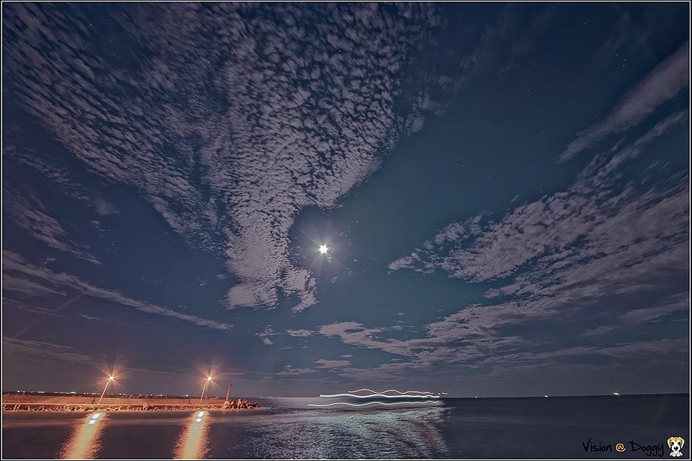 淡藍:  腦袋裡的小劇場一直追趕著我, 以致夜不成眠, 跨上機車出門吹吹海風, 月色配著忽高忽低濤聲, 夜月深越美, 一人獨享這一方淡藍, 你可曾夢見我的這籃。  #淡藍 #濤聲 #蚵仔寮